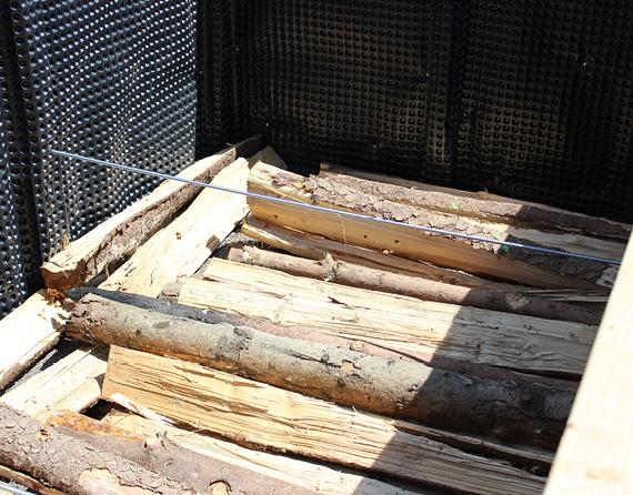 Hochbeet erste Schicht Holzscheiter