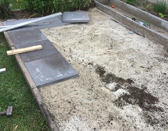 Betonplatten werden im Kiesbett verlegt